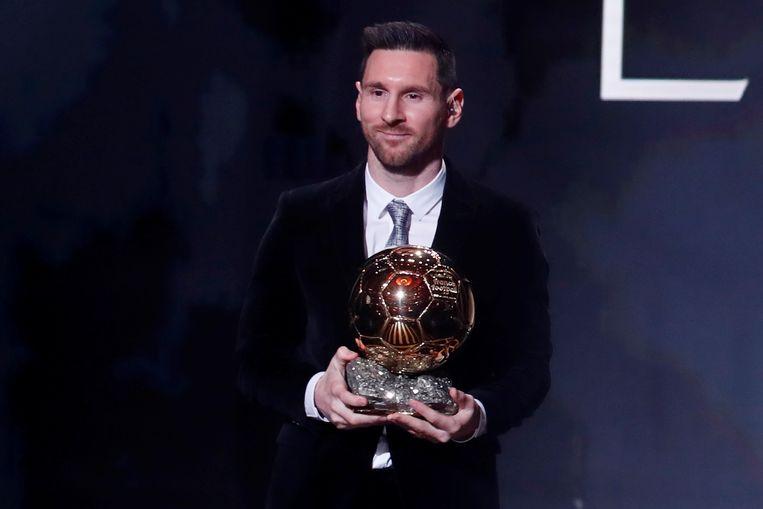 Lionel Messi met zijn zesde Gouden Bal. Beeld REUTERS