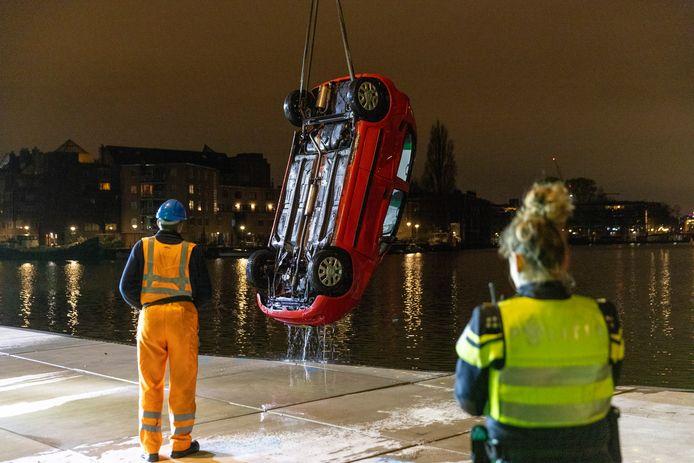 Twee inzittenden van een auto kwamen om het leven toen hun voertuig te water raakte langs de VOC kade in Amsterdam.