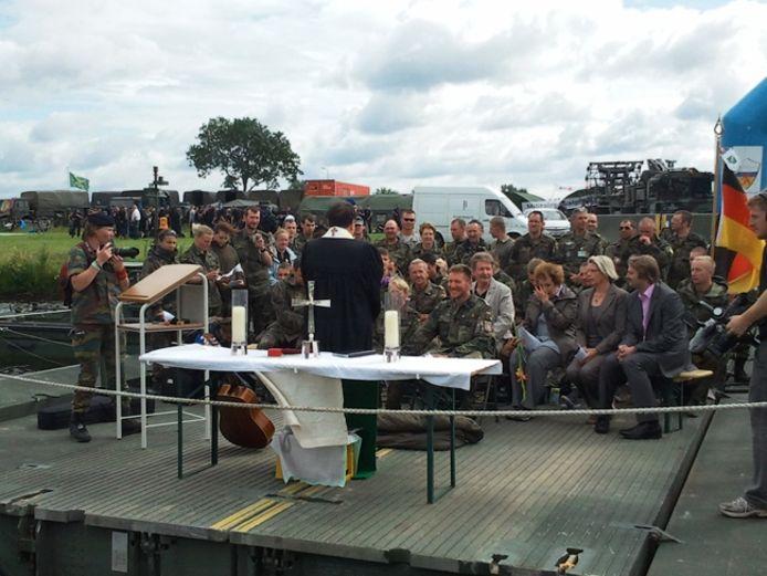 De militaire dominee spreekt het echtpaar toe, onder belangstelling van hun collegamilliairen. Foto: De Gelderlander/Roeland Segeren