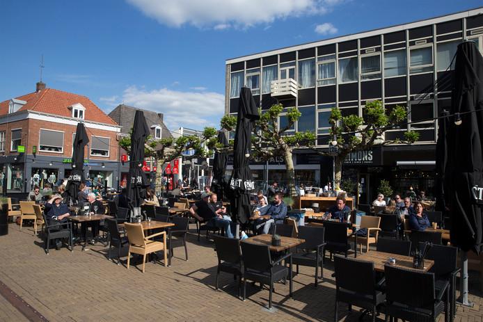 Op het terras van Simons is geen Ajax-shirt te bekennen. Foto: Theo Kock
