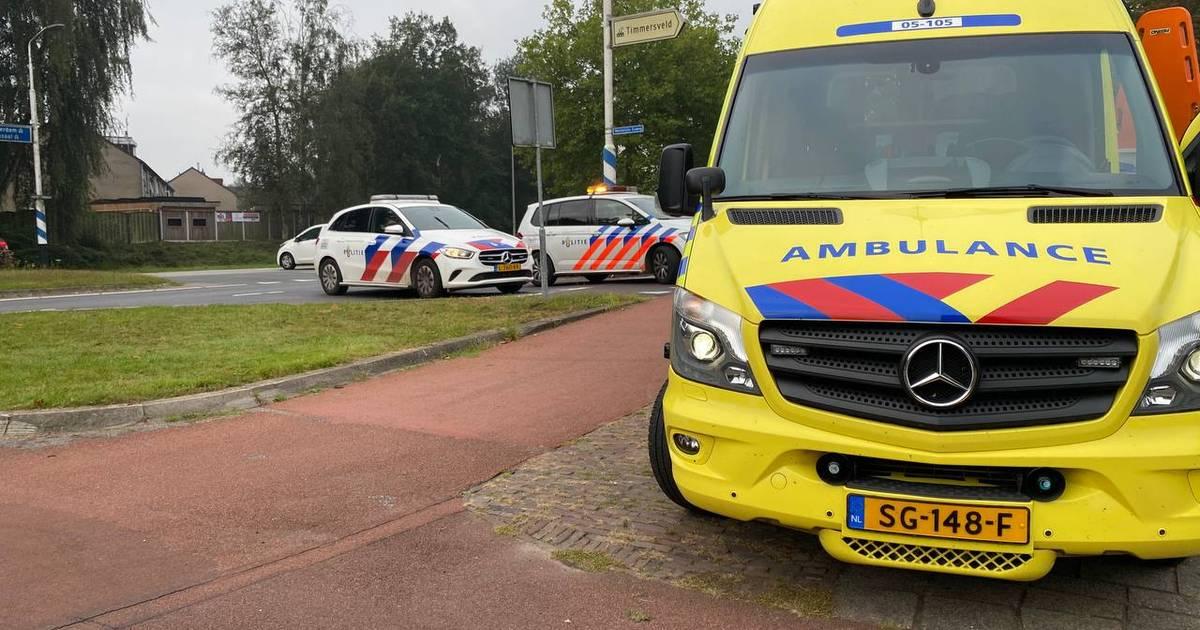 Fietser gewond na botsing op Hasselerbaan in Hengelo, politie haalt doorgereden auto terug.