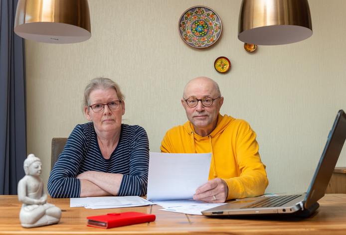 """Jo en Irma Pelders uit Vaassen moeten verder zonder gemeentepolis. Per maand zijn ze zo'n 25 euro duurder uit, terwijl ze leven van de bijstand. ,,Het is lastig en het wordt puzzelen."""""""