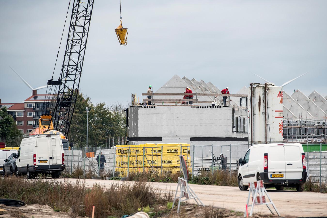 Bouwvakkers aan het werk bij Nijmegen; de enige stad die wél geld krijgt van de minister.