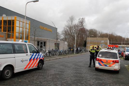 Politie snelde met veel agenten naar de Develhal.