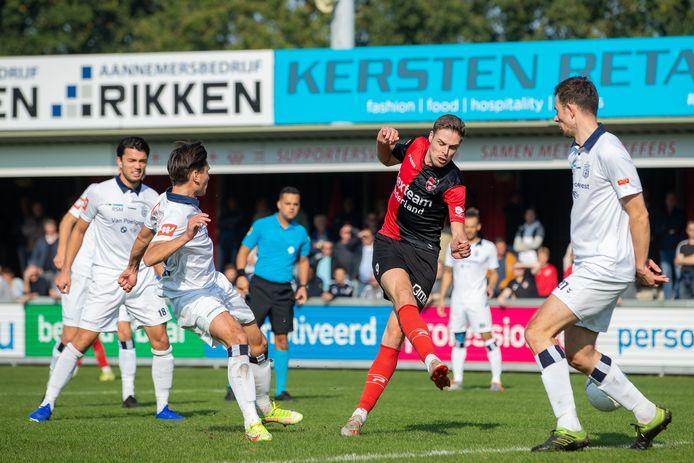 Tije ten Den scoort de 1-0 voor De Treffers.