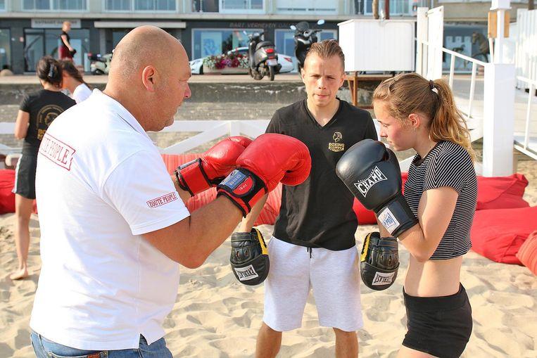 Junior Bauwens aan het werk in zijn geïmproviseerde boksclub in de schaduw van Surfers Paradise en Beach Number One.