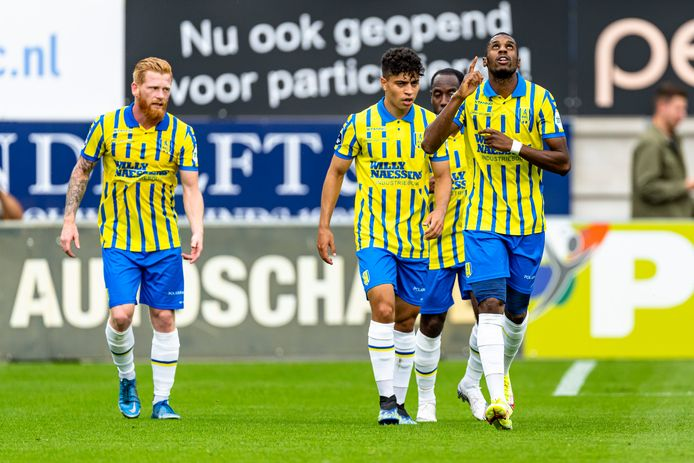 Saïd Bakari viert zijn treffer tegen Vitesse.