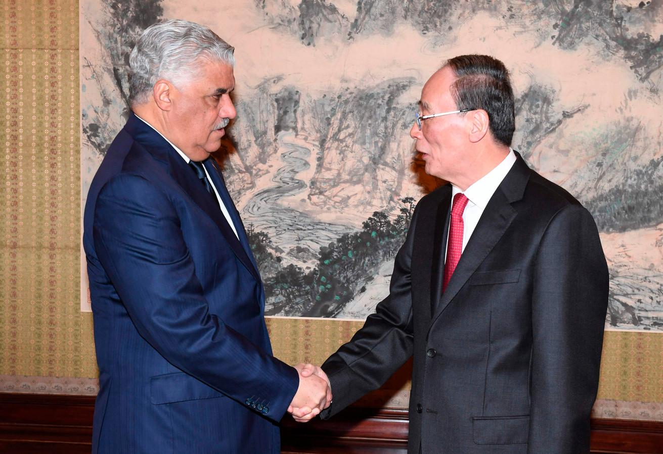 De vicepresident van China Wang Qishan (rechts) schudt de handen met de Dominicaanse minister van Buitenlandse Zaken Miguel Vargas.