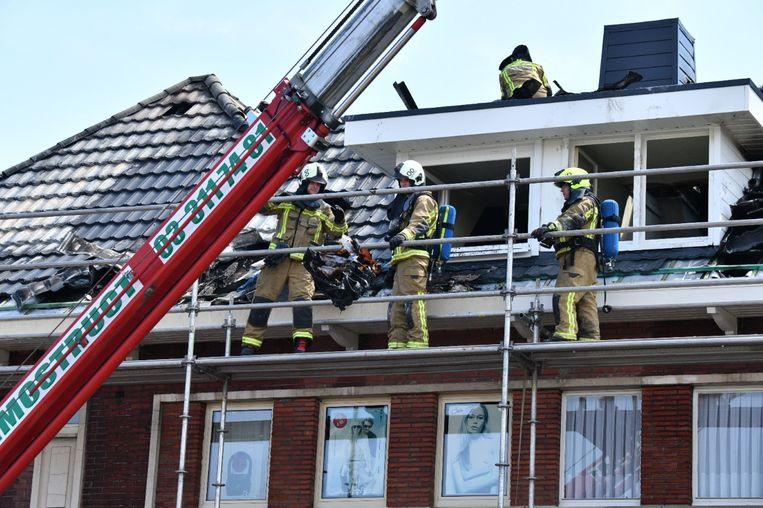 Het dak liep zware schade op door de brand.