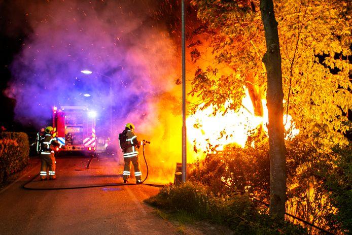 Niet alleen de brandweer heeft ontheffing van de avondklok, maar ook journalisten die verslag doen van de brand.