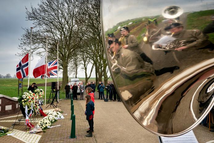 Eind januari werd in Sprang-Capelle al de Slag om het Kapelsche Veer herdacht. 75 jaar geleden kwam er een einde aan het laatste grote gevecht in Brabant, waarbij honderden doden vielen aan geallieerde en Duitse zijde.