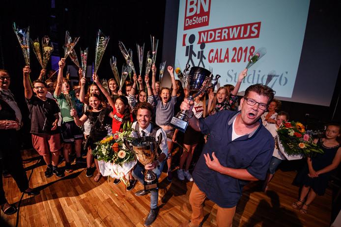 Verkiezing leraar en conciërge van het jaar. Winnaars vooraan: leraar Sjoerd Schouw (links) en conciërge Jurgen Nijhuis.