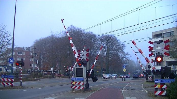 De spoorwegovergang in de Kerkewijk bij station Veenendaal Centrum op archiefbeeld.