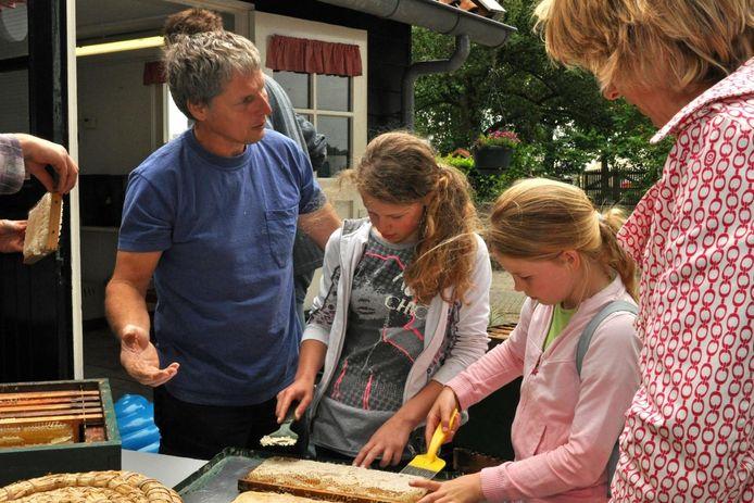 Imker Jeroen den Boer van de klooienberg houdt een open middag waar hij onder meer het honing slingeren laat zien. Foto: Suzanne Breman