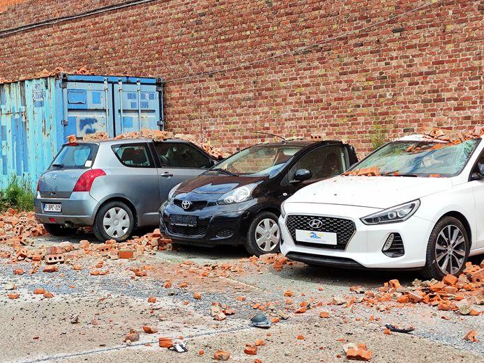 Zeven auto's werden volledig vernield door de vallende bakstenen