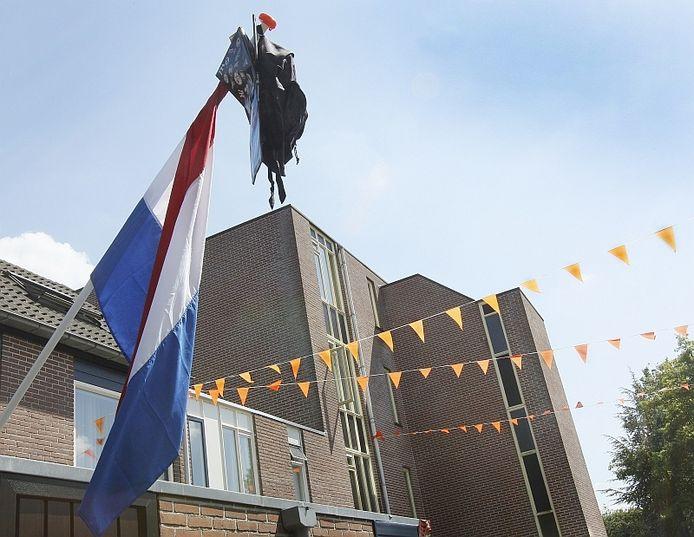 Geslaagd! De schooltas kan aan de vlaggemast geknoopt. Foto archief Cees Baars