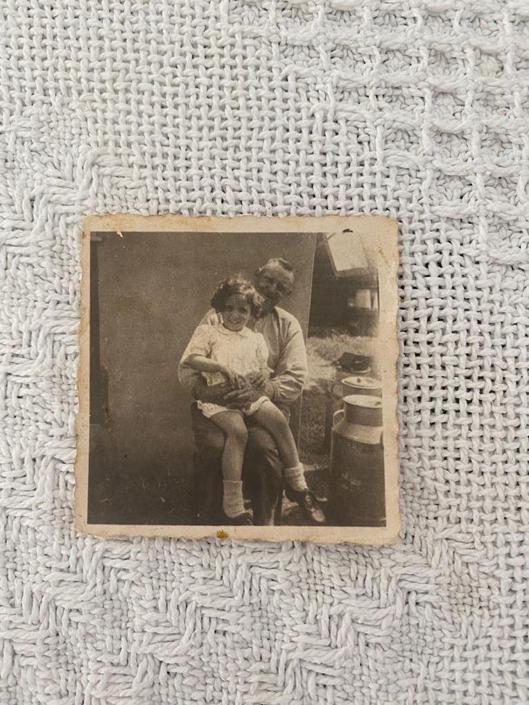 Op schoot bij ome Hein, ca. 1944. Beeld prive-archief Paula Rubinek-Melamed