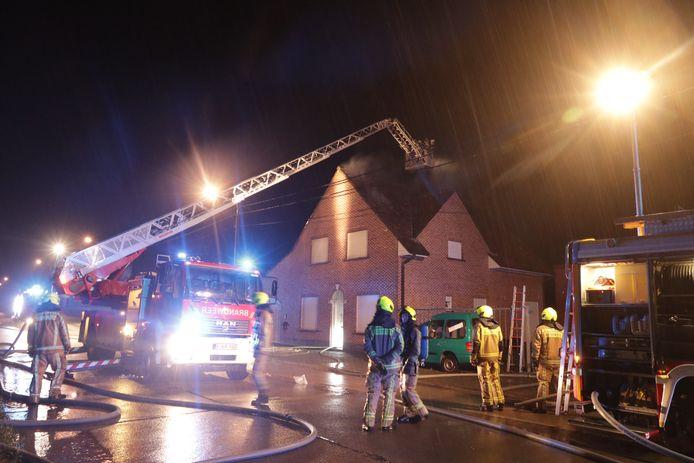 De brandweer had heel wat werk om de brand geblust te krijgen.