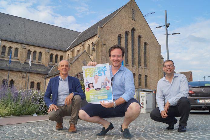 Burgemeester Francesco Vanderjeugd (Open Vld) samen met partijgenoten, schepenen Chris Verhaeghe en Joeri Deprez, op de markt van Staden. Hier vindt op 4 september het Vrijheidsfeest plaats.