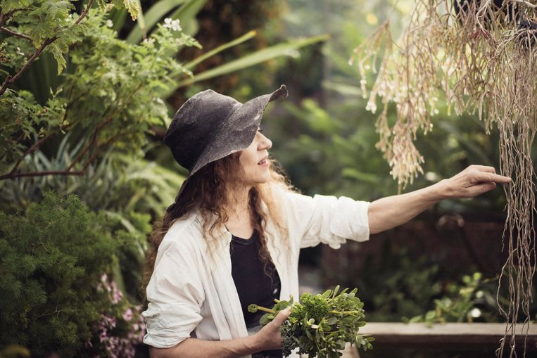 Ontwerpster Ann Demeulemeester in de tuin van haar huis in Kessel, twee jaar geleden. In 2013 zegde ze haar modelabel vaarwel, maar nu blaast ze het nieuw leven in. Beeld NYT