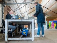 Extra stembureau bij De Rietmeen in Harderwijk biedt weinig comfort: 'Twee kachels tegelijk ging niet'