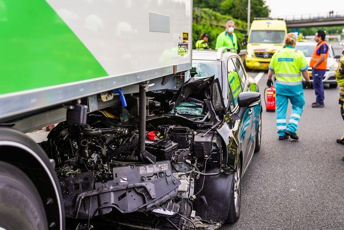 Een auto is zaterdagavond rond 20.40 uur achterop een vrachtwagen gereden op de A2 bij Liempde.