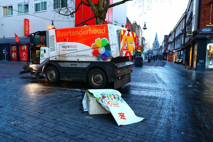 De opruimploeg in actie na een nacht van vernielingen in Enschede