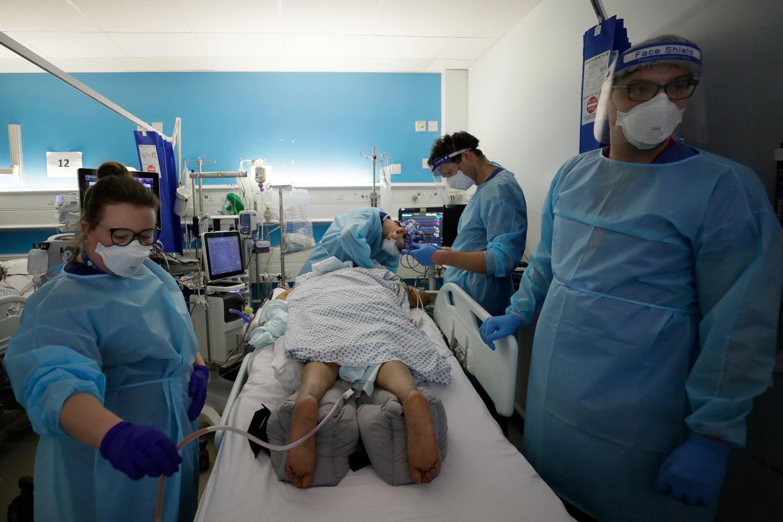 Een coronapatiënt wordt eind januari behandeld in een van de Londense ziekenhuizen, waar een maand eerder een nijpende situatie was ontstaan.  Beeld AP