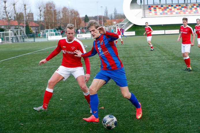 Ferry Aerts aan de bal voor Brabantia met in zijn rug Beerse Boys-verdediger Rob van Bijsterveldt.