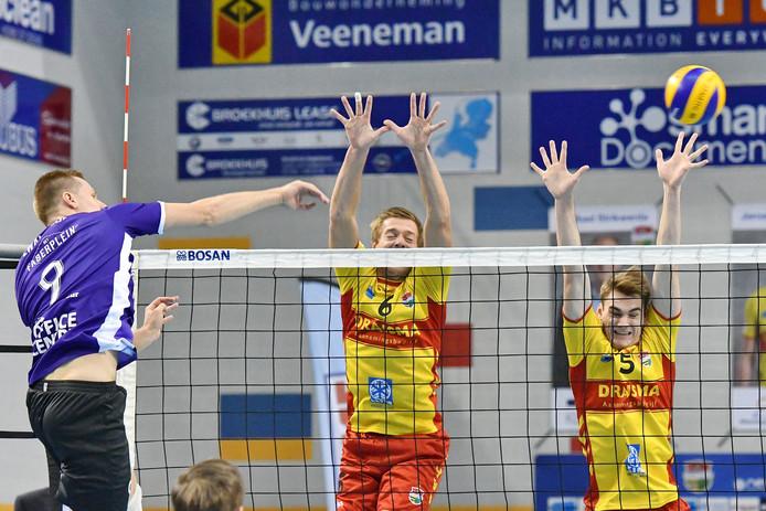 Nico Manenschijn en Sjors Tijhuis zetten namens Dynamo een blok in de wedstrijd tegen VoCASA.