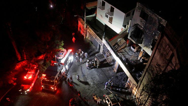 De ravage in een buitenwijk van Sao Paulo na het neerstorten van het zakenvliegtuig. Beeld AP