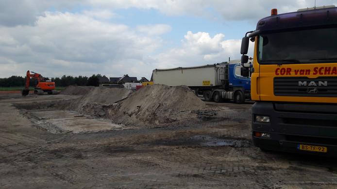 Afvoer van puin in Someren-Heide.