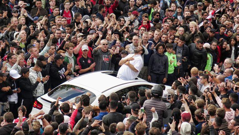 Vanuit het open dak van een witte Ajaxauto bedankt de vader van Nouri de menigte voor alle steun. Beeld Pro Shots/Stanley Gontha