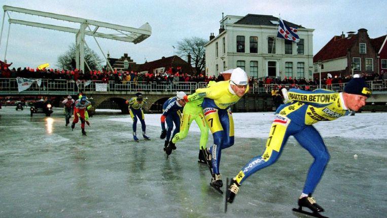 De kopgroep van de Elfstedentocht in 1997 in Harlingen Beeld anp