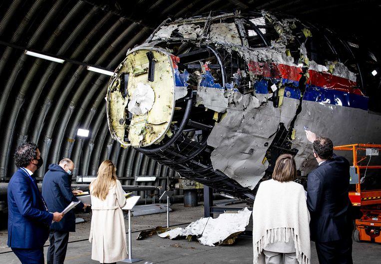 Advocaten bekijken op vliegbasis Gilze-Rijen de reconstructie van het in 2014 neergeschoten MH17-toestel. Beeld ANP