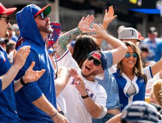 Bizarre beelden uit de VS: 40.000 uitgelaten fans wonen honkbalmatch bij