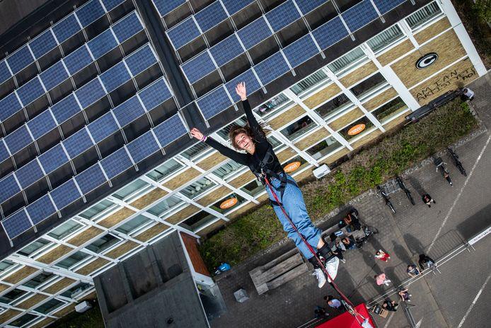 Heel wat durvers onder de PXL-studenten lieten zich van zestig meter hoog vallen, om het academiejaar goed te starten.