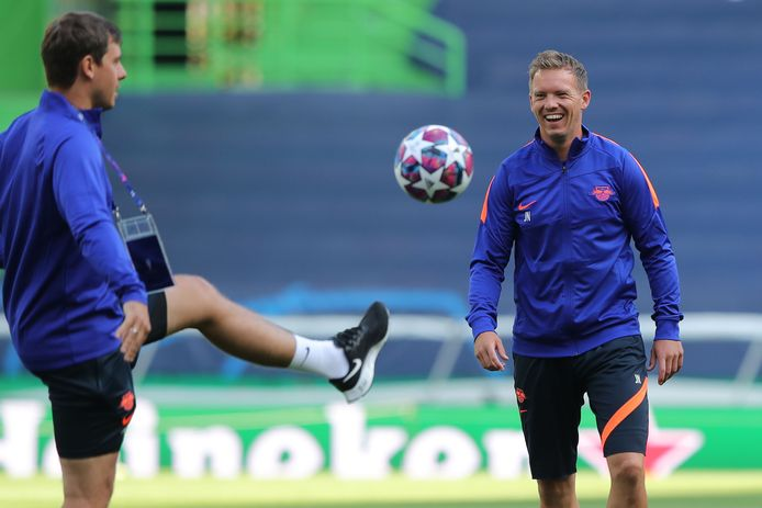 Julian Nagelsmann (r) tijdens de training in Lissabon.