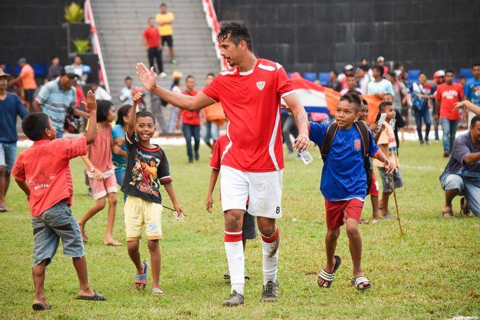 Als speler van Jong Ambon deelt Björn Langeveld in 2015 high fives uit aan jonge fans, na één van de oefenwedstrijden op Ambon.