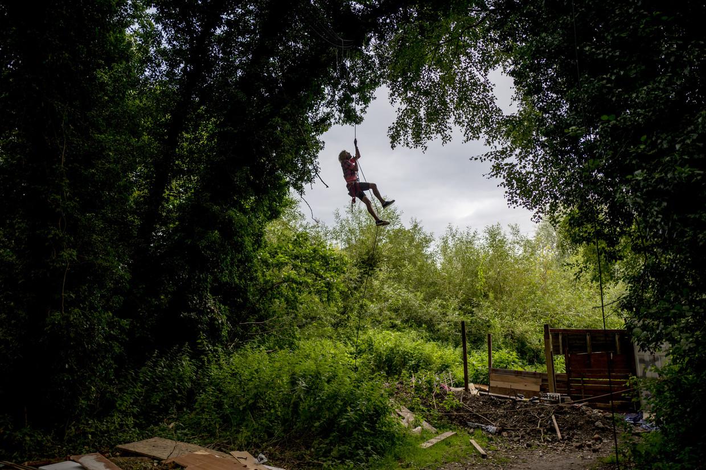 Een kamp met activisten die tegen de HS2 protesteren, waar activisten in de bomen gaan wonen die ze proberen te beschermen. Beeld Hollandse Hoogte / News Syndication