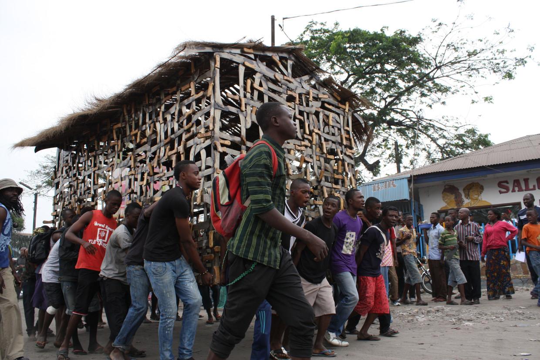 Het 'machetehuis' van Freddy Tsimba dat opschudding veroorzaakte in Kinshasa. Beeld Cédric Nzolo