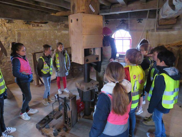 De leerlingen van De Wegwijzer op bezoek in de Goethalsmolen van Ludwig Vankeirsbilck.