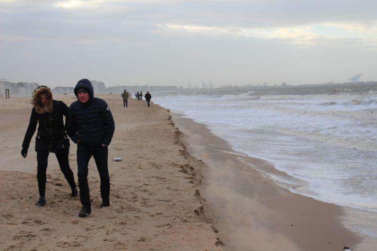 De kliffen die door de storm zijn ontstaan in Knokke.