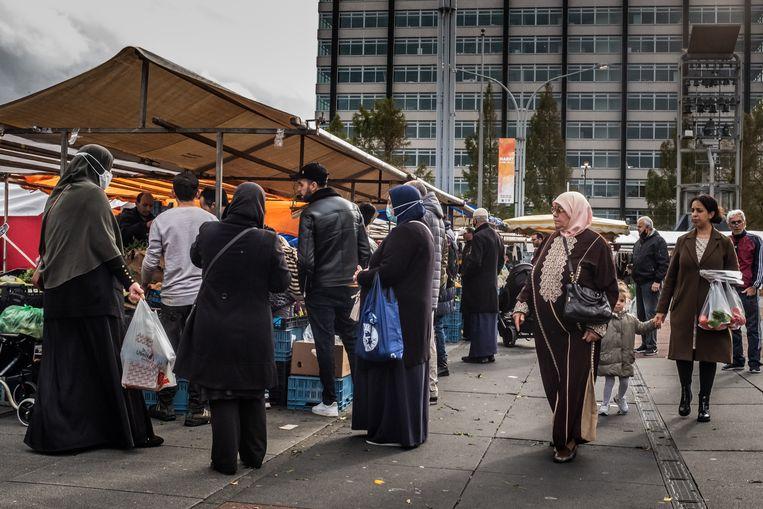 Drukte tijdens de markt op Plein 40 45 in Amsterdam Nieuw-West. Beeld Joris Van Gennip
