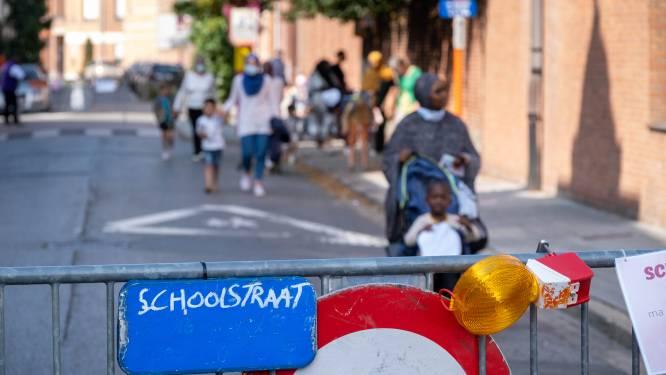 Victor Van de Walle bant auto's aan schoolpoort