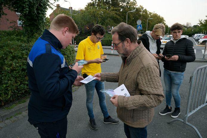 De Ambachtse voetbalvereniging ASWH vroeg bezoekers van de bekerwedstrijd tegen Quick afgelopen dinsdagavond voor het laatst al bij de poort om een coronatoegangsbewijs.