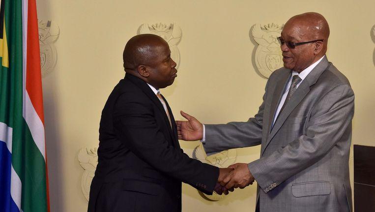 Van Rooyen (l) na zijn aanstelling woensdag. Hij was uiteindelijk vier dagen minister van Financiën Beeld anp