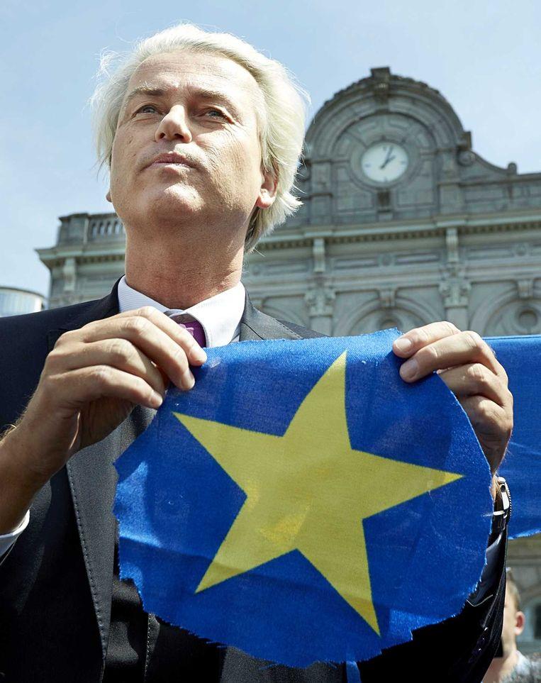 Geert Wilders heeft een ster uit een Europese vlag geknipt. Beeld anp