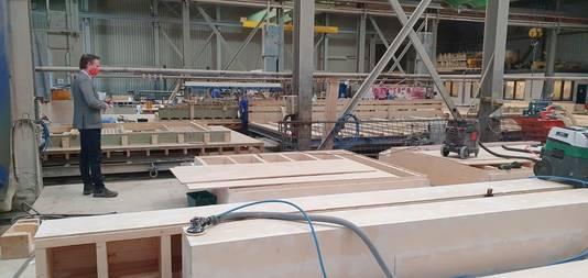"""Terwijl de sloop nog bezig is op de hoek, liggen de eerste gevel-delen al in Groningen klaar op het terrein van Hibex, een producent van betonnen bouwelementen. ,,De binnenmuur, isolatie en buitenmuur ineen."""""""