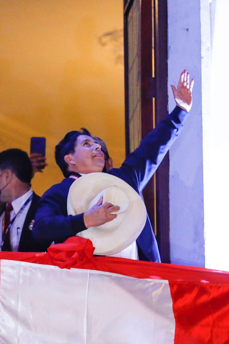 Pedro Castillo zwaait naar aanhangers, kort nadat is bekendgemaakt dat hij de presidentsverkiezingen van Peru heeft gewonnen.  Beeld Getty